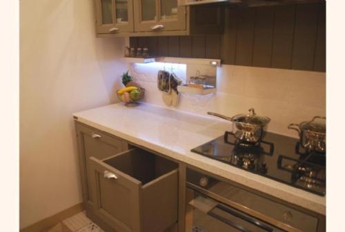 Cucina Greta : Particolare del piano in quarzo e del cestone in legno.